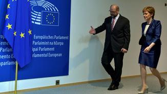 Martin Schulz acompanyant Nicola Sturgeon a la seu del Parlament Europeu (Reuters)