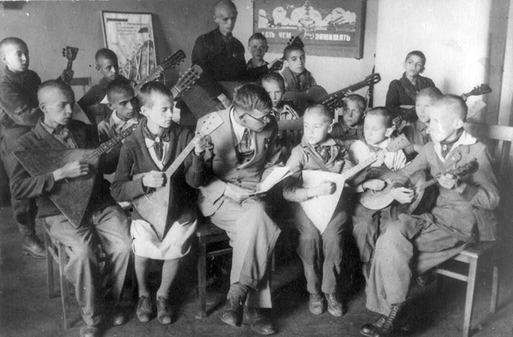 Занятия кружка народных инструментов в детском доме № 17 Смольнинского района. 12 июля 1942 г. Ленинград.