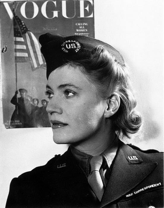 Lee con su uniforme de corresponsal oficial del ejército estadounidense.