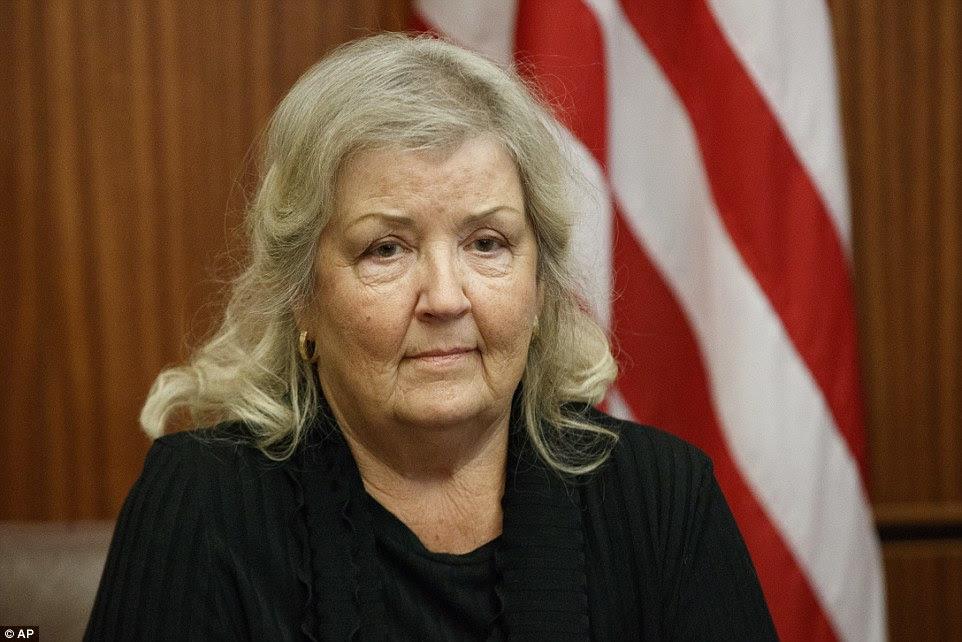 Juanita Broaddrick escuta durante uma reunião com o candidato presidencial republicano Donald Trump à frente do debate de domingo