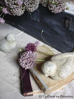Fleur d'ail sauvage et oiseau en terre cuite
