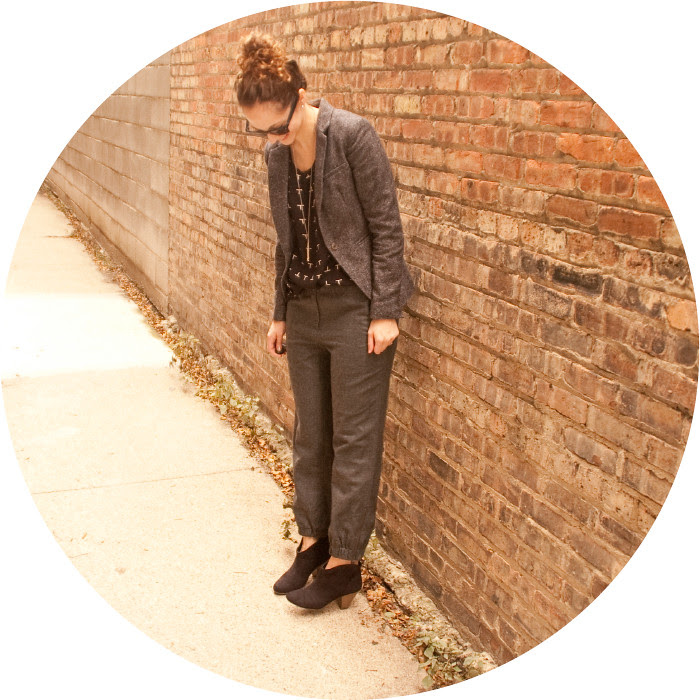 dash dot dotty, gray and black outfit, slouchy pants, suede ankle boots, t-print tee, tweed blazer, shiny envelope clutch