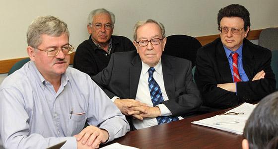 Alexander Pikayev (a sinistra) durante una riunione di  lavoro (dal web)