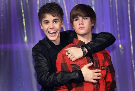 Justin Bieber abraça a estátua de cera