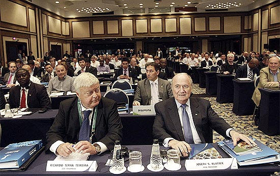 Ricardo Teixeira (esq.) ao lado do presidente da Fifa, Joseph Blatter, no Rio de Janeiro, em julho