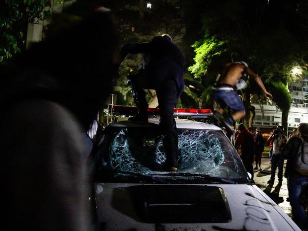 Manifestantes depredam viatura da Polícia Civil durante ato contra o impeachment de Dilma Rousseff no Largo do Arouche, no centro de São Paulo, nesta quarta-feira (31) (Foto: Fábio Vieira/Fotorua/Estadão Conteúdo)