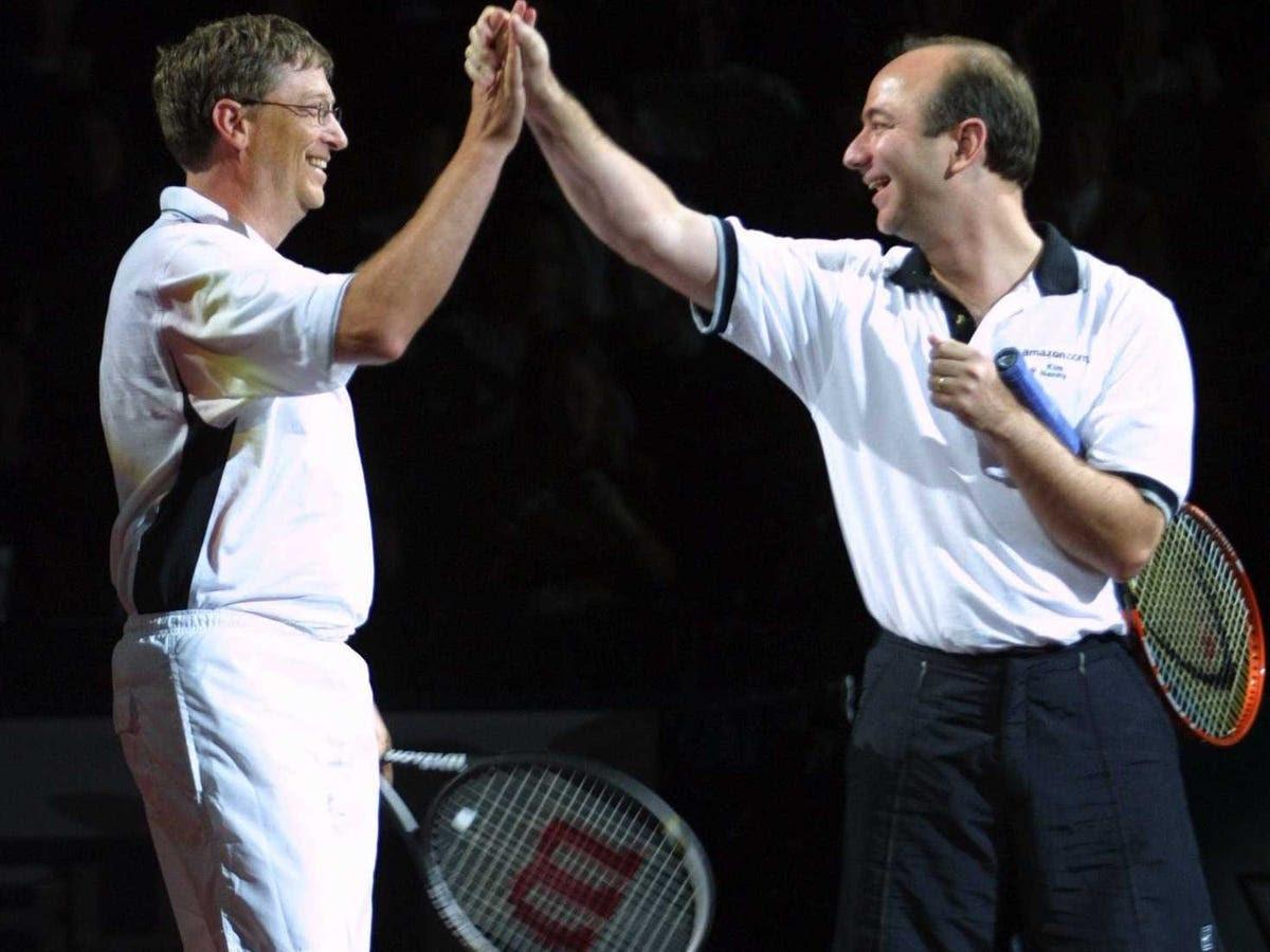 Chơi quần vợt là một trong những sở thích yêu thích của Gates. Tại đây ông đã high-five Jeff Bezos trong một trận đấu từ thiện năm 2001.