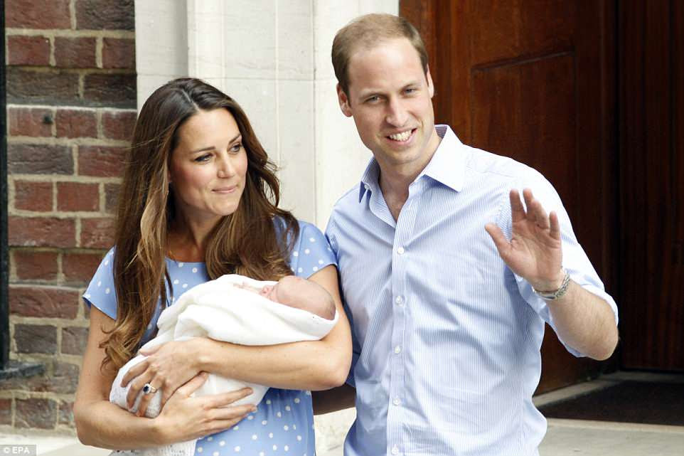 Prince George, que nació con un peso de 8 lb 6 oz, también se introdujo en el mundo de la misma manera el 23 de julio de 2013