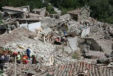 Soccorritori a Pescara del Tronto dopo il terremoto. REUTERS/Remo Casilli