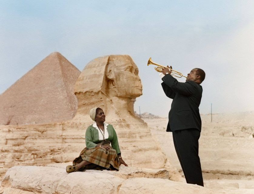 Louis Armstrong toca para sua esposa, Lucille, no   Cairo, Egito, 1961