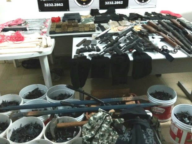 Um arsenal com pistolas, espingardas, grampos para furar pneus e explosivos foi apreendido (Foto: Divulgação/Polícia Civil)