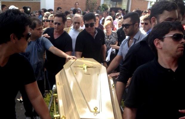 Leonardo e o sobrinho Thiago carregam com outros familiares o caixão do patriarca da família em Goiânia, Goiás (Foto: Luísa Gomes/G1)