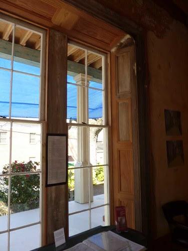 P1080501-2011-03-12-Phoenix-Flies-Grant-Mansion-Porch-Column-from-Inside