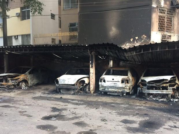 Veículos que estavam estacionados ficaram completamente destruídos (Foto: G1)