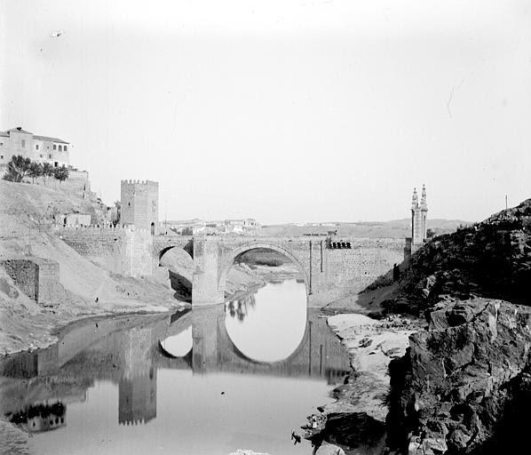 Puente de Alcántara en septiembre de 1907. Fotografía de Petit. Société Française d'Archéologie et Ministère de la Culture (France), Médiathèque de l'architecture et du patrimoine (archives photographiques) diffusion RMN
