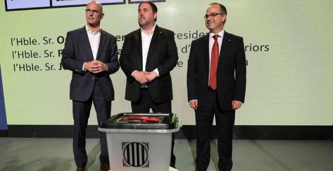 Raül Romeva, Oriol Junqueras y Jordi Turull posan delante de un modelo de urna que se va a utilizar el 1-O. | REUTERS