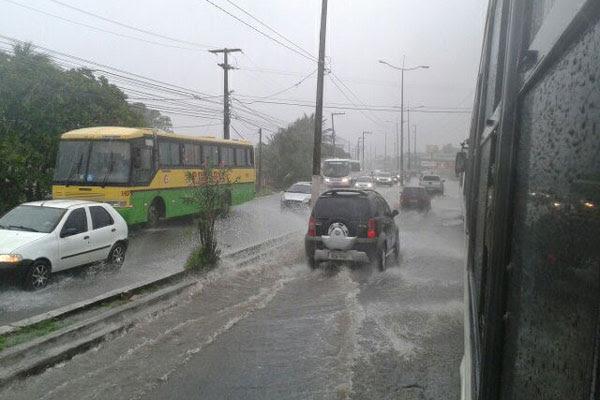 Chuva deixou trânsito lento no Bairro Nordeste
