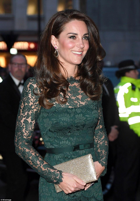Kate estava usando um novo par de brincos de uma de suas criadoras de jóias favoritas Kiki McDonough, que pegou a cor em seu vestido