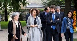 Il ministro Dario Franceschini firma una dichiarazione sul diritto di autore