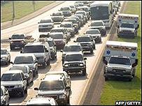 Ambulancias circulan por la banquina de una autopista en EE.UU.