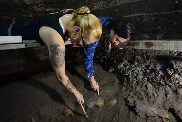 Arqueólogas en el lugar del hallazgo.
