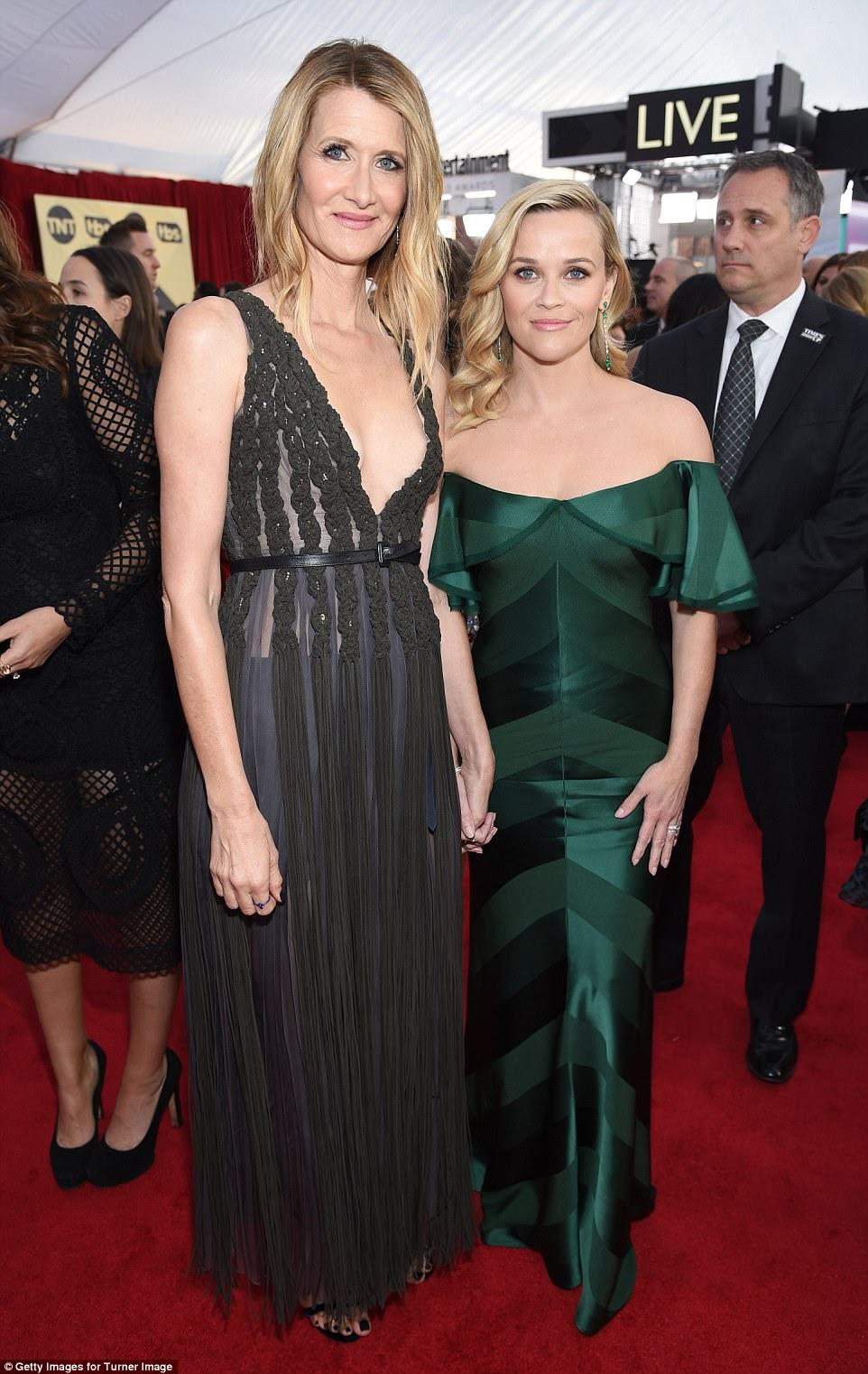 Reunido!  Laura Dern e Reese Witherspoon, que co-estrelaram em Big Little Lies, também escolheram vestidos coloridos;  Laura está vestindo Dior e Reese exibiu um número Zac Posen