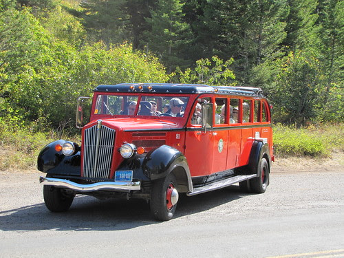 IMG_5739_Red_Shuttle_Bus_at_Glacier_NP
