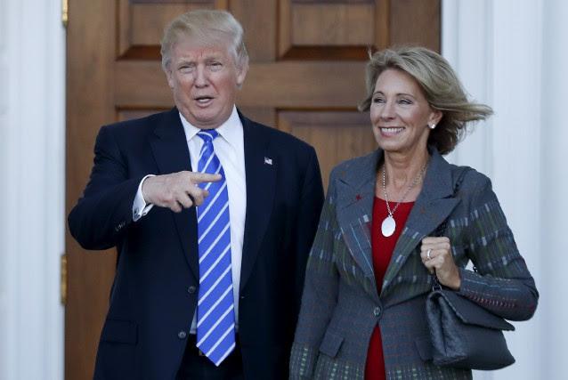 Donald Trump et Betsy DeVos... (Photo Carolyn Kaster, ARCHIVES Associated Press)