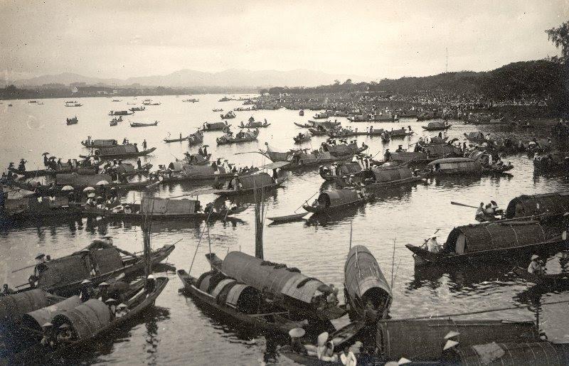 http://nguyentl.free.fr/autrefois/funerailles-kd/Spectateurs_en_sampan_sur_la_riviere_Huong_Giang.jpg