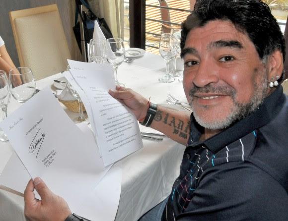 Diego Armando Maradona recibe en La Habana la carta enviada por Fidel,  12 de enero de 2015. Foto: Ricardo López Hevia