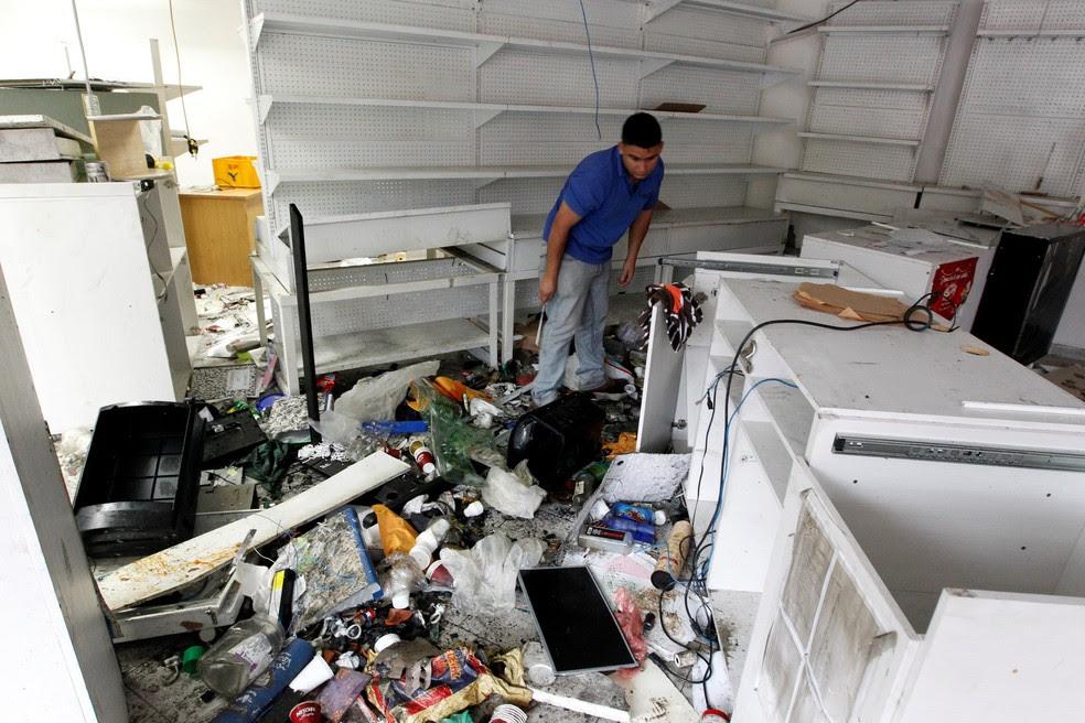 Caracas teve noite de saques em lojas e mercados (Foto: Reuters)