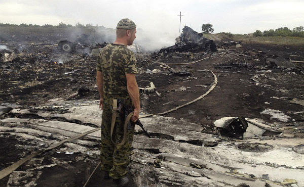 Un soldado contempla el escenario de la tragedia.