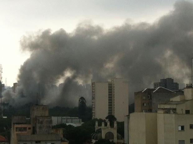 Foto tirada na região central mostra a fumaça provocada pelo incêndio (Foto: Luciana Rossetto/G1)