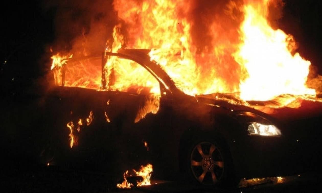Ηράκλειο: Πατέρας και κόρη πρόλαβαν να απεγκλωβιστούν από φλεγόμενο όχημα