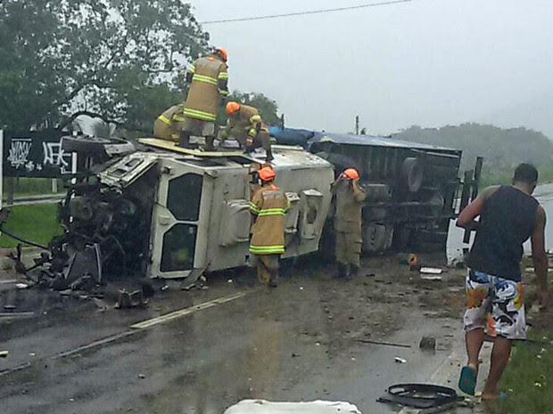 Carro-forte perdeu controle e atingiu, de traseira, a frente do caminhão (Foto: Divulgação / PRF)