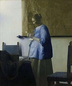 Donna in azzurro che legge una lettera