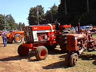 Antique International Farmall Tractor Ih 1066 Tractorshed Com