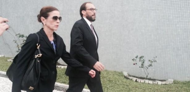http://imguol.com/c/noticias/90/2016/10/21/a-jornalista-claudia-cruz-deixa-a-sede-da-policia-federal-em-curitiba-ao-lado-de-um-dos-advogados-do-marido-o-ex-deputado-eduardo-cunha-1477051896404_615x300.jpg
