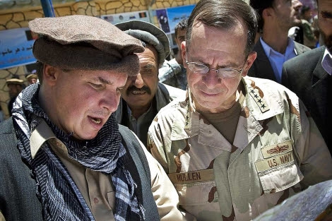 Greg Mortenson (izquierda), en el valle de Panjshir, Afganistán.   Ap