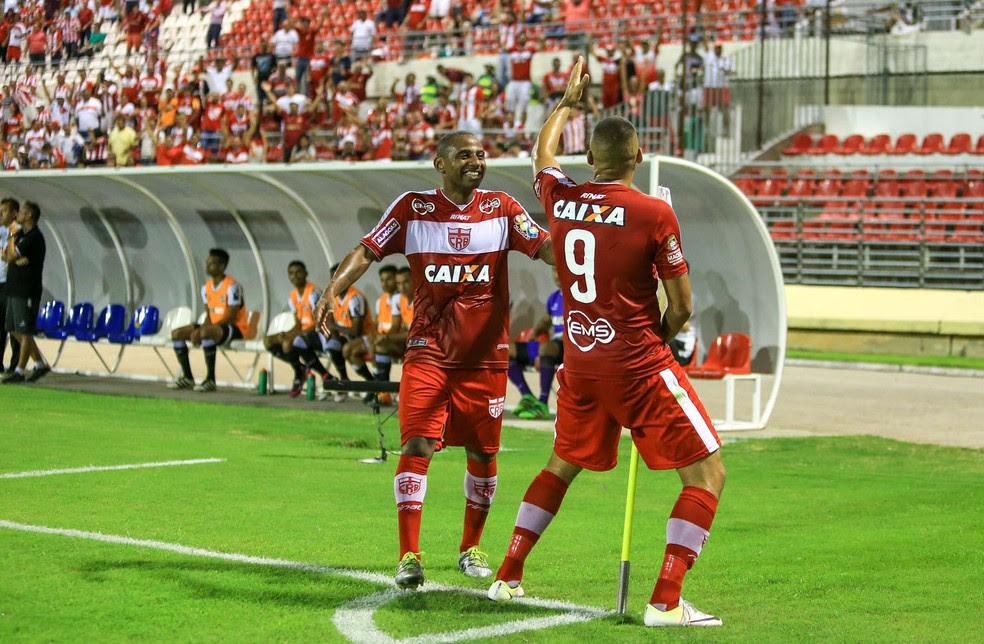 Neto Baiano comemora gol da vitória com dancinha (Foto: Ailton Cruz/Gazeta de Alagoas)