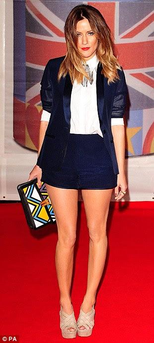 Estilos diferentes: Caroline Flack desenvolvidos por seus calções habituais e de combinação blazer no tapete vermelho