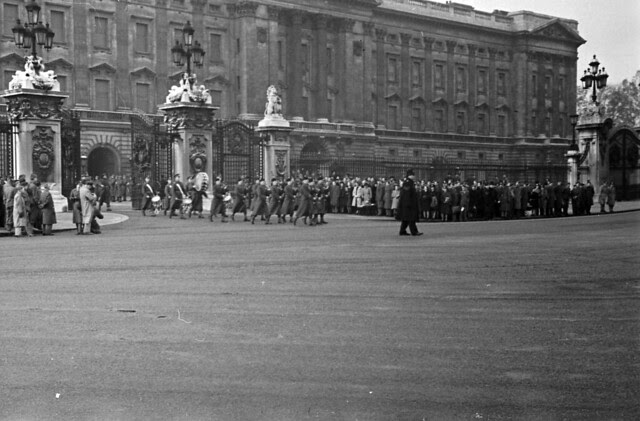 Buckingham Palace gates Scotts pipers