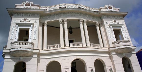 El emblemático edificio en el Parque Serafín Sánchez, desde donde Fidel se dirigiera por primera vez a los espirituanos, el 6 de enero de 1959. Serie Una ciudad testigo del tiempo. Foto: Daylén Vega/Cubadebate