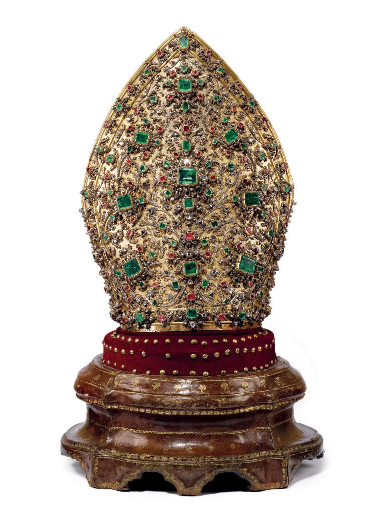 """O """"mitra"""" tem quase 4000 pedras preciosas (diamantes, esmeraldas e rubis)."""