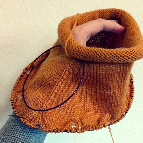 #knitting on a new cowl, I'm loving the yarn, the sheen of the #merino is amazing