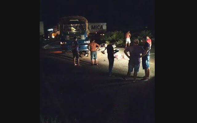 Batida entre caminhão e motocicletas deixa dois mortos e um ferido em rodovia do norte da Bahia
