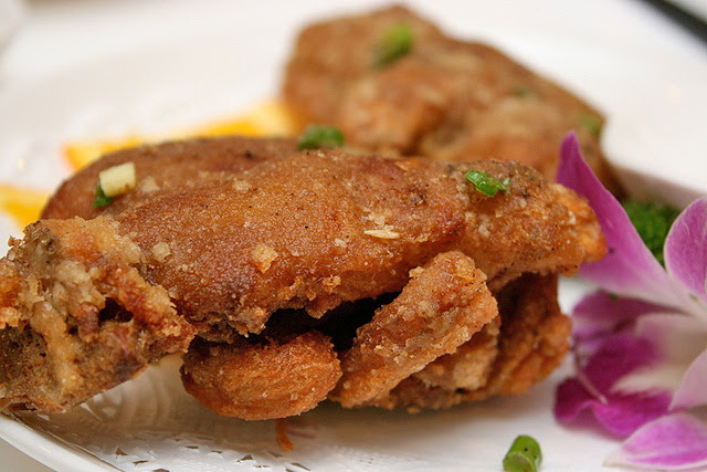 Deep-fried Pork Trotters with Pepper (S$3.80 per piece)
