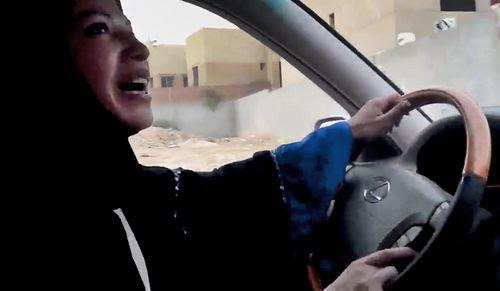 Una mujer saudí conduce un automóvil desafiando la prohibición. .(AP Photo/Change.org)