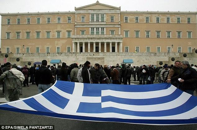 Κινητοποίηση: Διαδηλωτές κρατήσει την ελληνική σημαία έξω από το κοινοβούλιο, καθώς χιλιάδες εργαζόμενοι συγκεντρώθηκαν για ένα διήμερο γενική απεργία