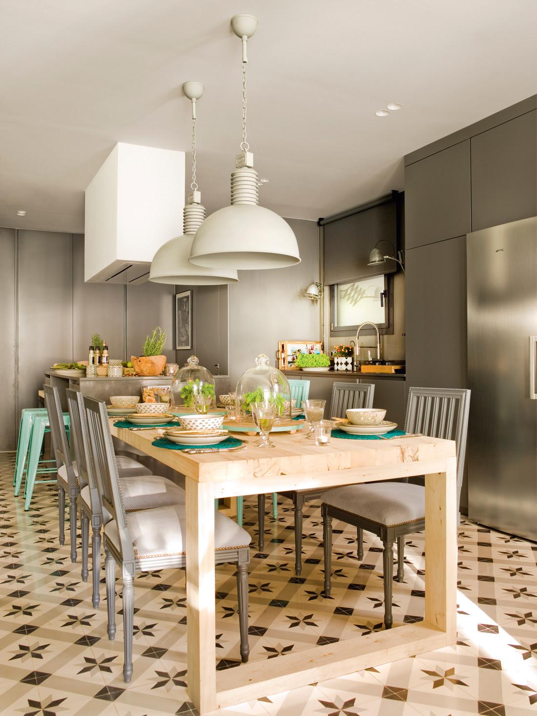 00397858. Cocina y office en gris, con mosaico hidráulico. Mesa de madera, lámparas industriales y muebles grises 00397858